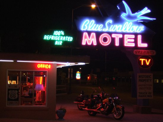 Blue Swallow Motel: night time