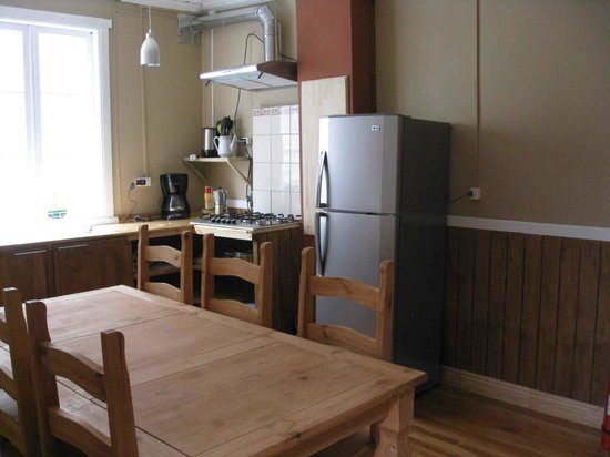 Tin House Patagonia: Dining room & kitchen
