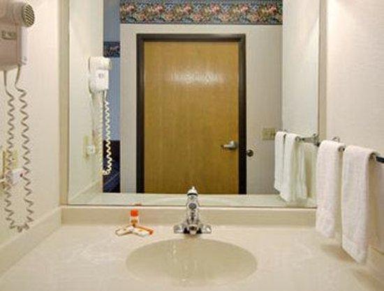 Super 8 Pinetop: Bathroom