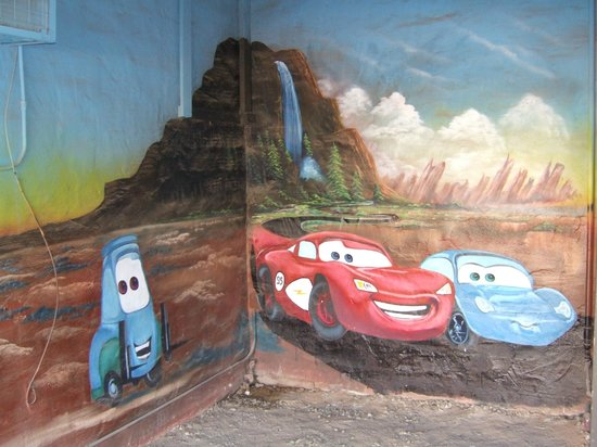 Blue Swallow Motel: mural in one of the garages