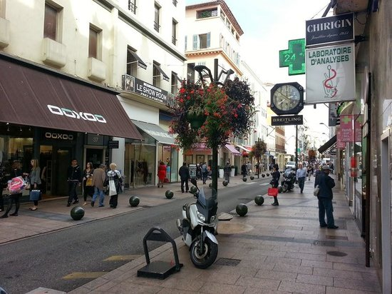 Rue d'Antibes: A walk on the strip
