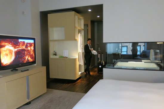 Andaz Wall Street: Room with see through bathroom