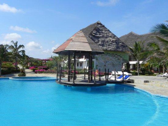 Jacaranda Beach Resort: piscina centrale