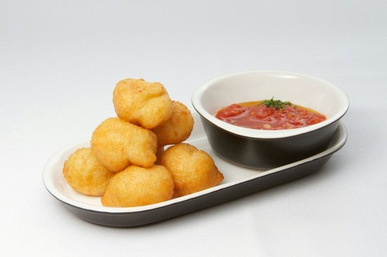 Corrillo Cafe Restaurante: Buñuelos de parmesano y salsita de tomate ligeramente picante.