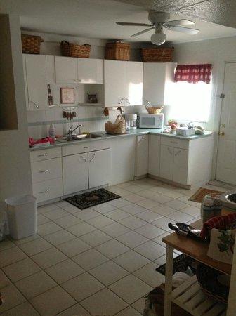 Sunshine Cozy Cottages: Kitchen