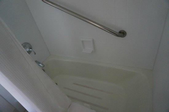 Shoreline Hotel Waikiki: 浴槽の広さも普通で問題ない。