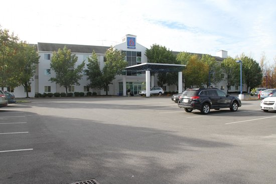 Motel 6 Burlington - Colchester: Hotel and Parking Lot