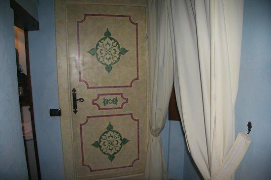 Castello di Petroia: Closet door