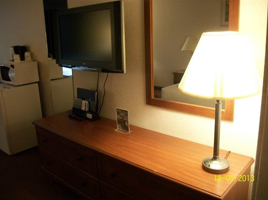 Baymont Inn & Suites Redding: TV and desk