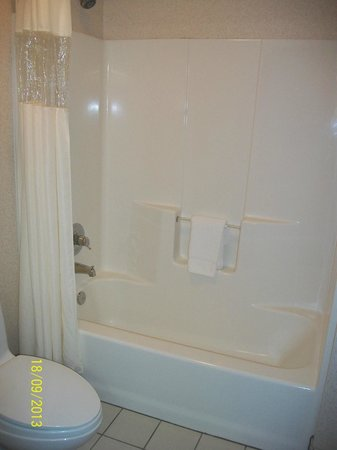 Baymont Inn & Suites Redding: Toilet and shower