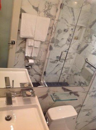 The Normandy Hotel: Banheiro limpo! Em ótimas condições de uso!