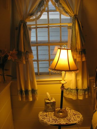 1768 Country Inn : Light & Lampshade In Window