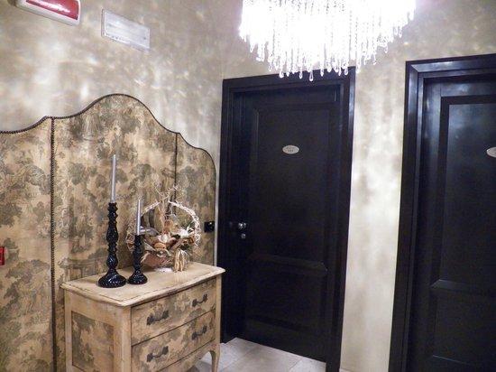 La Locanda del Conte Mameli: Foyer at Room 101