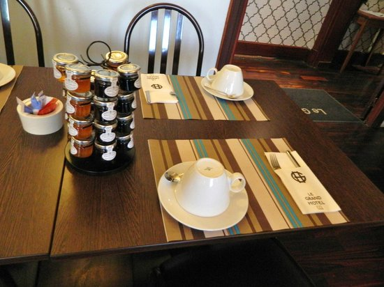 Grand Hotel de Tours: A lot of marmalades and jams