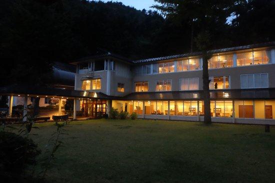 Lakeside Kawaguchiko Sunnide Resort: Hotel in the evening