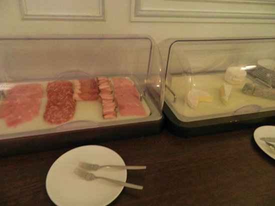 Grand Hotel de Tours: Cooked meat and French cheese