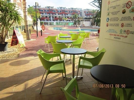 Marina Rey Apartamentos : terraza piscina
