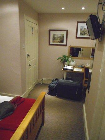Abbey Cottage Bed and Breakfast : PUERTA HABITACIÓN Y ESCRITORIO