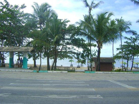 Porto Seguro Praia Resort: Vista da praia em frente ao hotel..travessia perigosa..