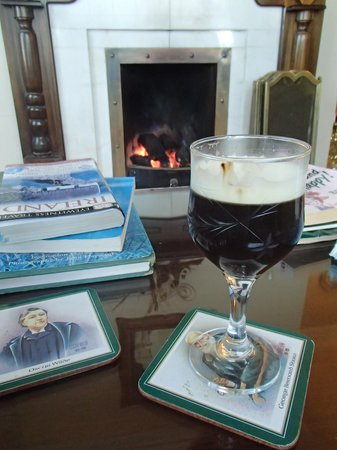 Moher Lodge: Irish coffee in front of the peat fire