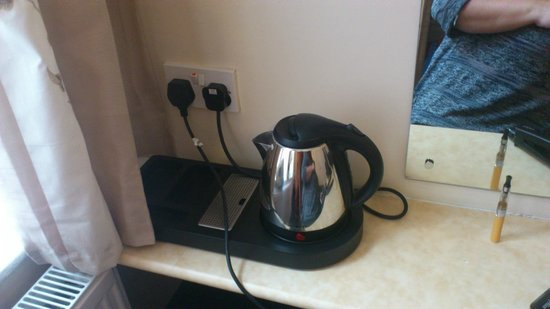 Edward Hotel: Room 1 Nice Kettle