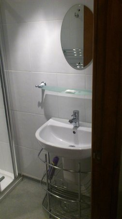 Edward Hotel: Room 1 lovely clean Bathroom