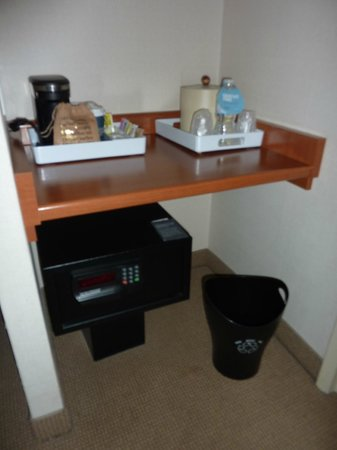 Four Points by Sheraton Toronto Airport: free water, coffee machine and safe