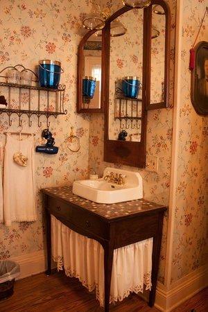 Azalea Inn Bed and Breakfast : The sink in the West Room
