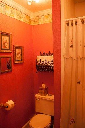 Azalea Inn Bed and Breakfast : Sweet bathroom