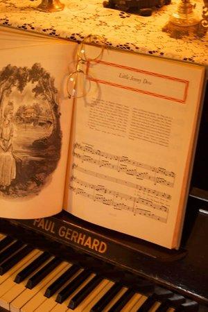 Azalea Inn Bed and Breakfast : Antique piano