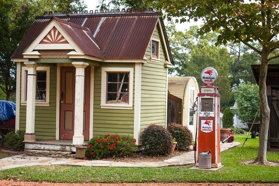 Azalea Inn Bed and Breakfast : Shed beside the old gas pump