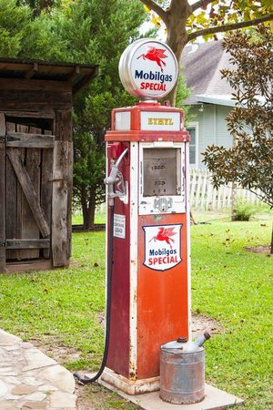 Azalea Inn Bed and Breakfast : Loved this old gas pump out back!