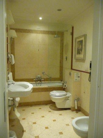 Hotel Executive Florence: Gorgeous marble bathroom