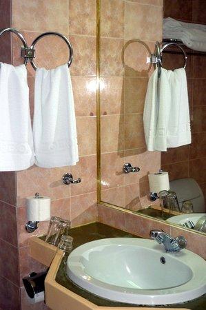 Rainbow Hotel: Bathroom