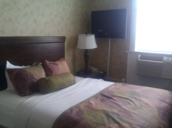 The Island House Hotel: Queen Room, interesting placement of TV and lamp.