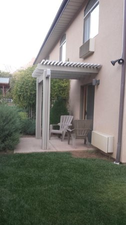 Quality Inn at Zion Park: patio and grassy area