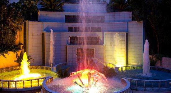 Rainbow Hotel: Romantic fountain!!!