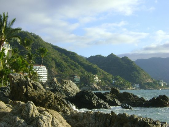 Playa Conchas Chinas: alrededores montañosos