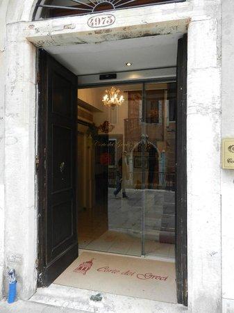Corte Dei Greci Hotel : ENTRADA DEL HOTEL - MUY CHICA