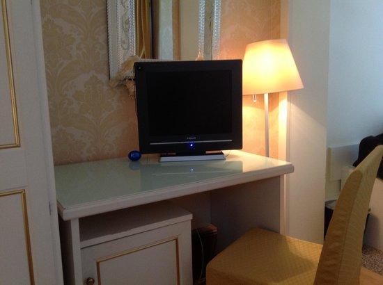 Corte Dei Greci Hotel : TV SATELITAL EN LA HABITACION