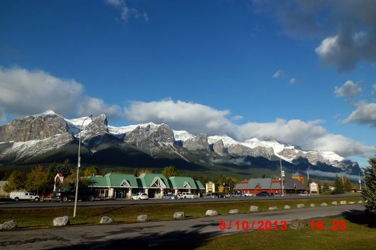 Days Inn Canmore: view from the entrance