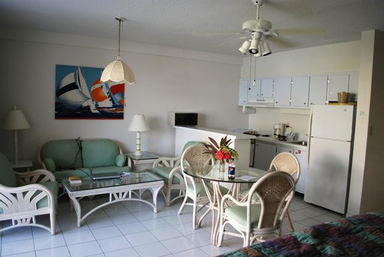 Secret Harbour Beach Resort: Beachfront studio - living/kitchen area