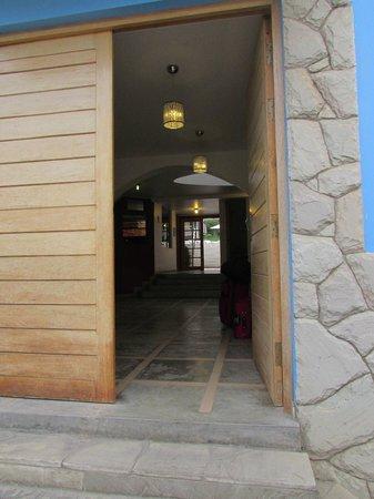 Hotel Villa Jazmin: Front Entry