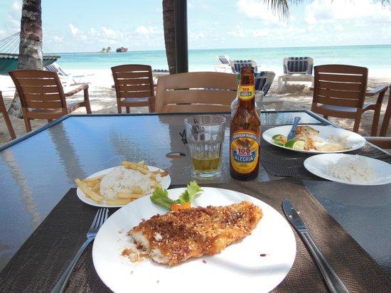 Cocoplum Beach Hotel: almuerzo en el hotel