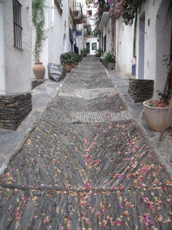 Restaurant La Sirena: On a beautiful lane in Cadaques