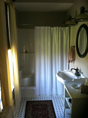 Shurtleff Cottage: Bathroom for single room