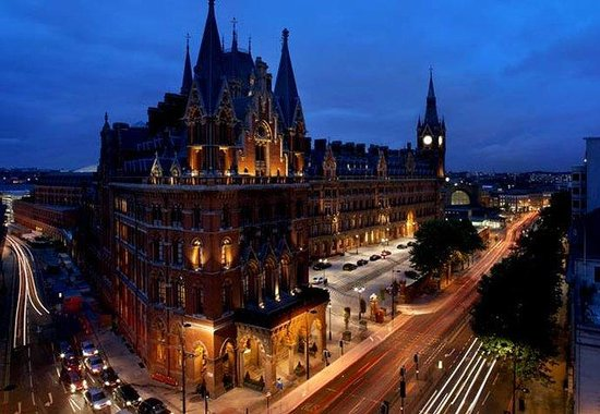 St. Pancras Renaissance London Hotel: Exterior at Night