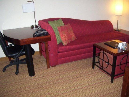 Residence Inn Kingston Water's Edge: Sofa-bed and work station