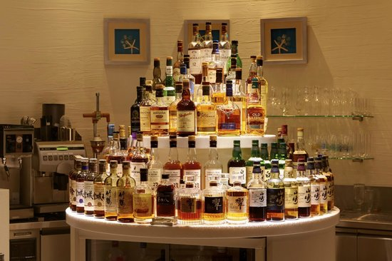 Bar Wavy: 豊富な種類のウィスキー