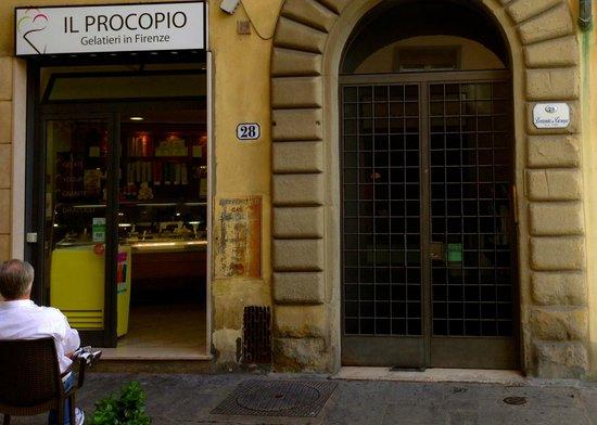 Locanda de' Ciompi : the entrance with great gelato next door